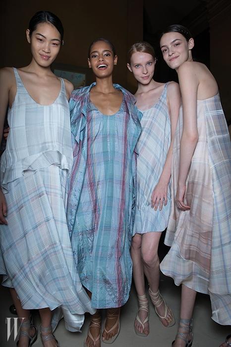 플래이드 체크 프린트의스텔라 매카트니 드레스를입은 톱모델 군단.