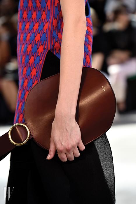 미니멀한 디자인이돋보이는 유선형의셀린 클러치.