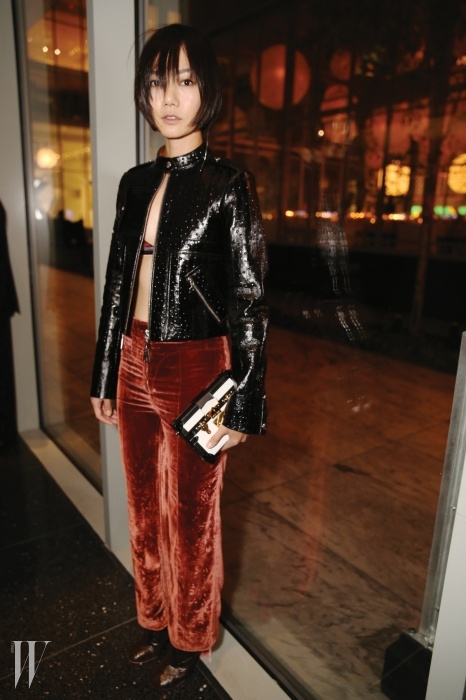 2015 S/S 루이 비통 컬렉션의벨벳 팬츠 룩을 근사하게 소화한 배두나.