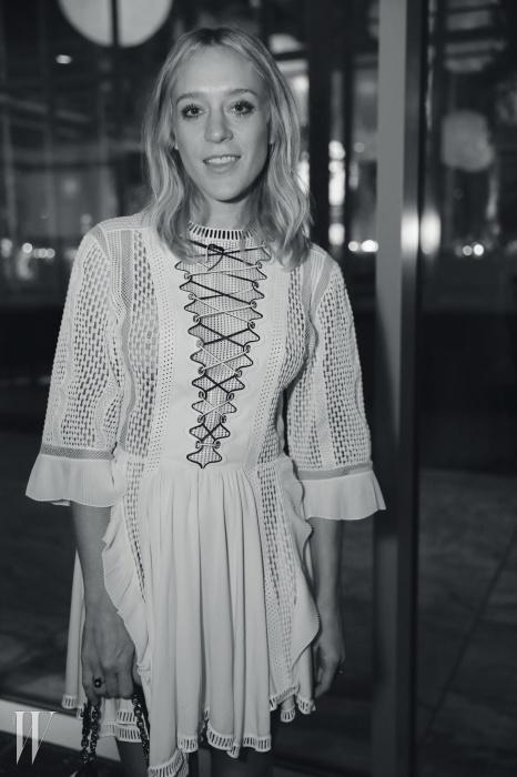 루이 비통의 페전트 드레스가 잘 어울리는 클로에 세비니.