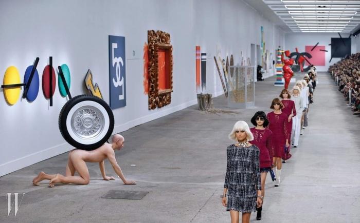 거대한 아트 갤러리를 연상시킨샤넬 2014 S/S 컬렉션.