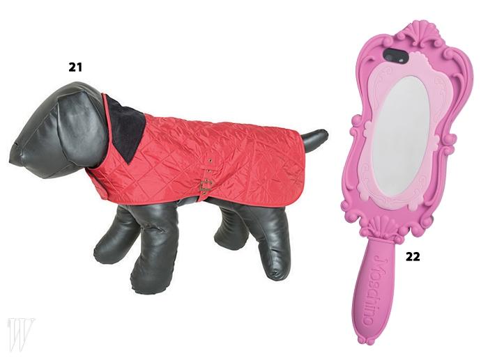 21. 퀼팅 소재의 핑크색 강아지 옷은 바버.22. 공주의 거울을 형상화한 아이폰 케이스는모스키노.