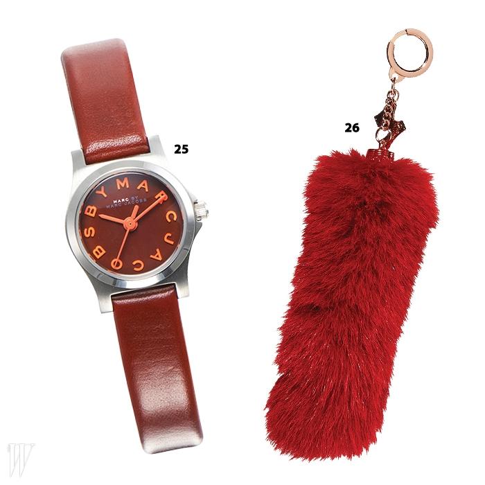 25. 숫자가 생략된 빨강 가죽 시계는마크 by 마크 제이콥스 by 갤러리어클락.26.보송보송한 페이크 퍼 키링은 메트로시티.