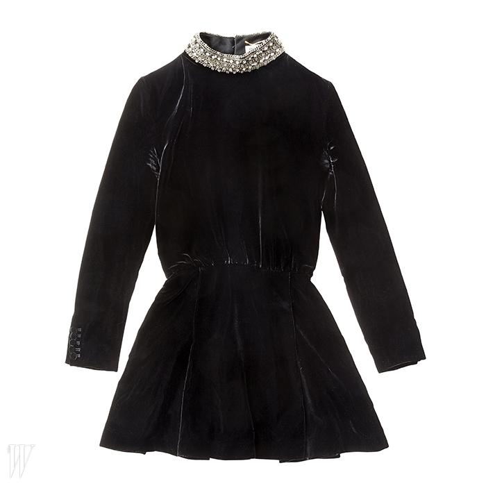 SAINT LAURENT 목 부분의 크리스털 장식이 돋보이는 검은색 벨벳 미니 드레스. 6백만원대.