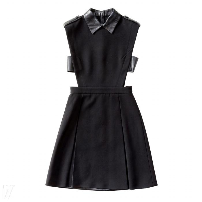 GUCCI 가죽과 커팅이 돋보이는 검은색 드레스. 3백79만원.