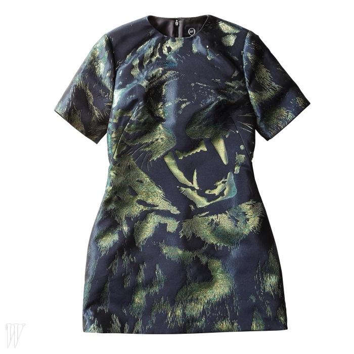 MCQ 추상적인 페인팅으로 포인트를 준 미니 드레스. 1백63만원.