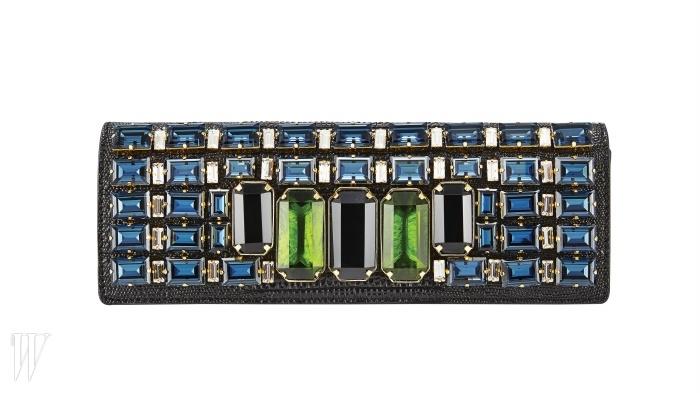 MCM 검은색 파이톤 가죽 위에 과감한 크기의 크리스털을 장식한 클러치. 3백만원대.