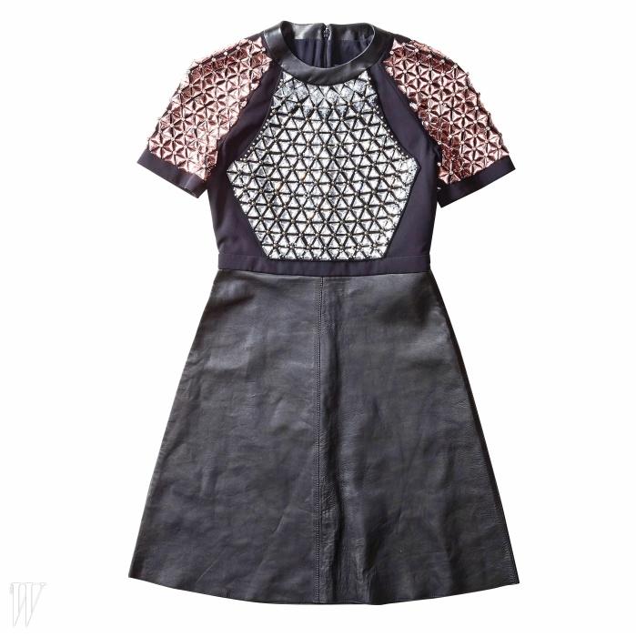 GUCCI 컬러 크리스털이 화려하게 장식된 가죽 드레스. 9백80만원.
