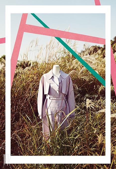 골드 벨트 장식이 돋보이는 가죽 트렌치는 토즈 제품. 1천9백만원대.