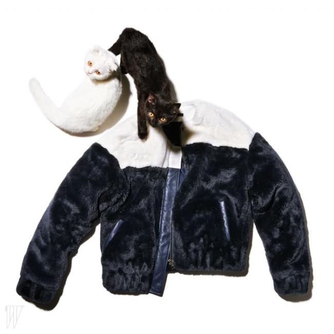 블루종 형태로 구현한 디자인이 경쾌한 털 아우터는아르케 컬렉션 제품. 가격 미정.