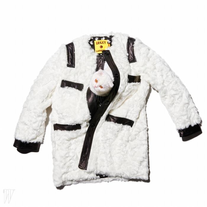 곳곳에 더해진검정 인조 가죽 디테일이 포인트인 코트는럭키슈에뜨 제품. 79만8천원.