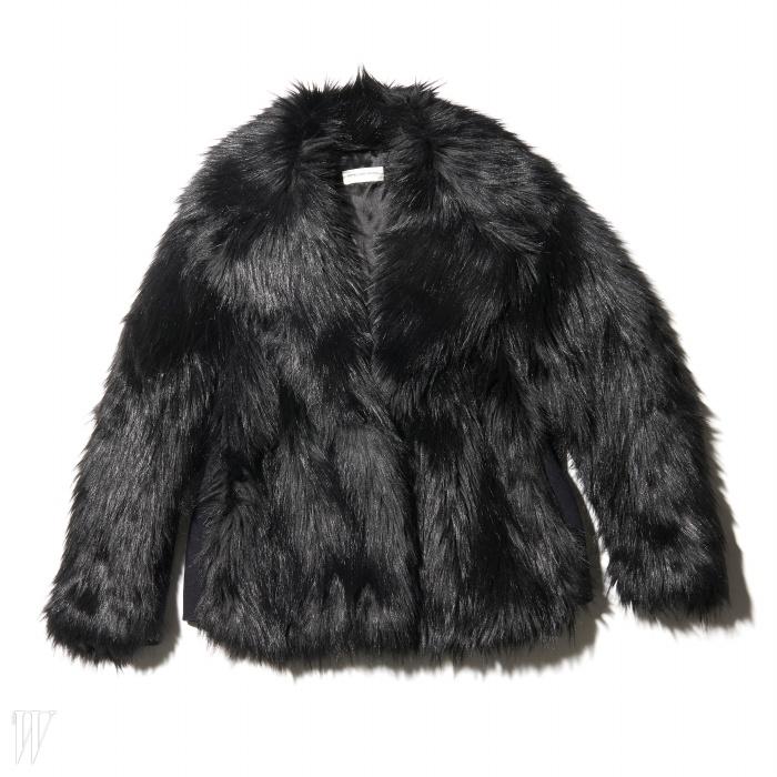 옆구리 부분엔 모직 소재를사용해 몸매가 날씬해 보이는 코트는 드리스 반 노튼제품. 1백89만원.