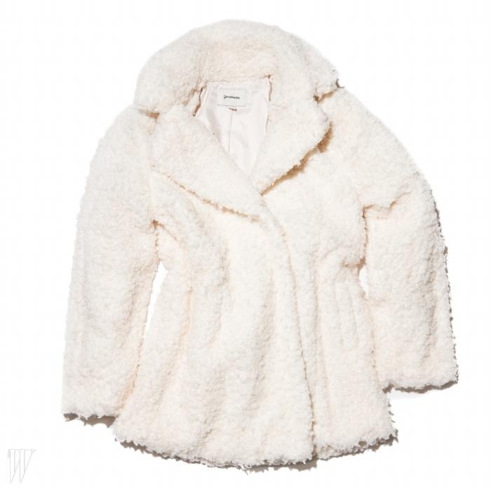 입으면 마치 한 마리양처럼 사랑스러워 보이는 코트는 스트라디바리우스 제품.9만9천원.