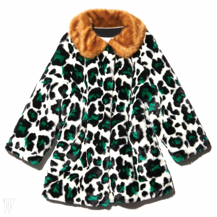 알록달록하게재해석된 표범무늬가 재치 있는 코트는 푸시버튼 제품.1백15만8천원.