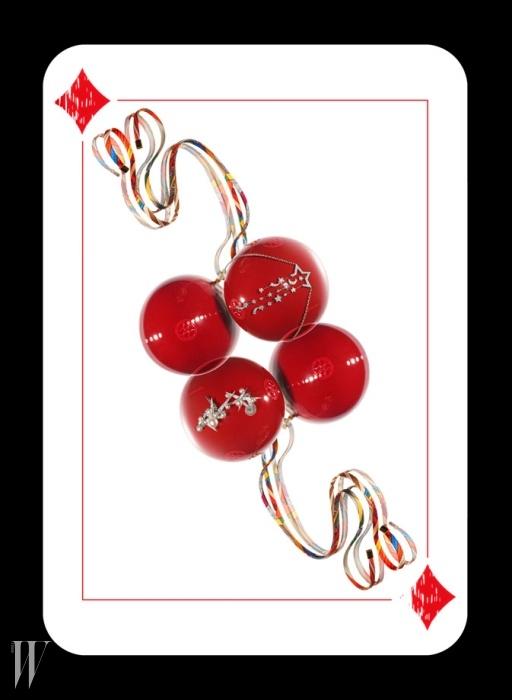 화려한 프린트의 실크 스트링이 돋보이는 크리스마스 볼은 Hermes, 18K 화이트 골드에 다이아몬드를 세팅해 빛나는 별과 달을 정교하게 형상화한 꼬메뜨 컬렉션 목걸이는Chanel Fine Jewelry, 18K 화이트 골드에 다이아몬드, 아코야 및 남양진주를 섬세하게 세팅한 고드름 모티프의 아이시클 컬렉션 귀고리는 Tasaki 제품.