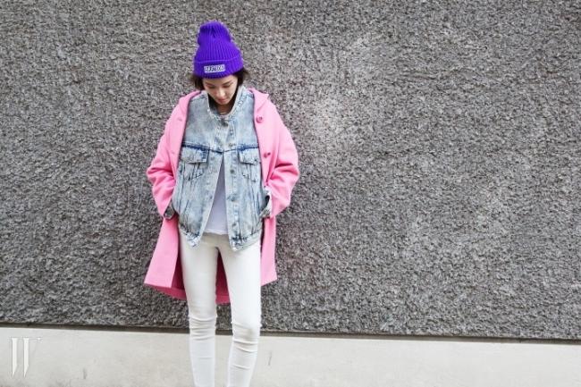 산뜻한 컬러 매치가 인상적인 배우 황소희의 코트 스타일링. 사랑스러운 핑크 코트는 프라다, 비니는 브랫슨 제품.