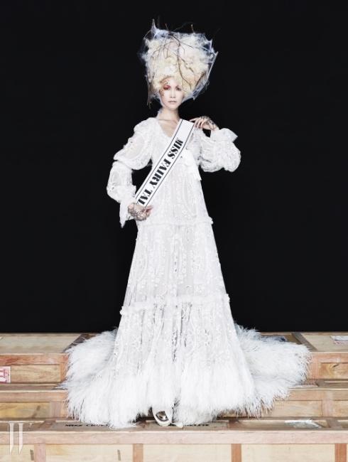 MISS FAIRY TALE동화적 상상력을 자극하는 판타지 패션!우리의 어린 시절을 함께한 동화 속 캐릭터와정경이 다채로운 방식으로 패션트렌드를 장악했다.헴라인을 깃털로 치장한 아일렛 장식의엠파이어 드레스, 별 모티프의 핸드 주얼리,앞코에 메탈릭 장식을 더한 스니커는모두 Alexander McQueen 제품.