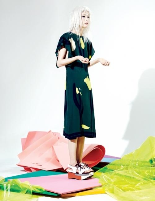 담백한 꽃무늬 새틴 소재 드레스와게다를 연상시키는 플랫폼 샌들은 Marni 제품.PHOTOGRAPH BY MOK JUNG WOOK