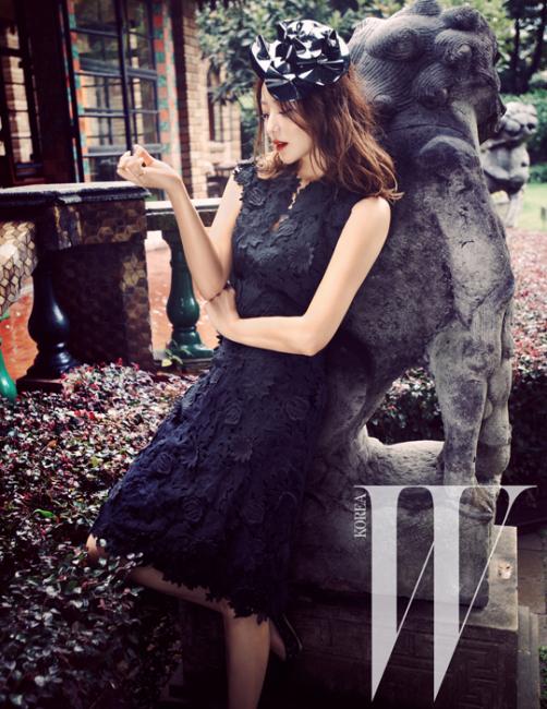 섬세한 꽃 아플리케 장식이쿠튀르적인 드레스,슈즈는 모두 Tory Burch 제품.화려한 머리 장식과 반지는모두 스타일리스트 소장품.