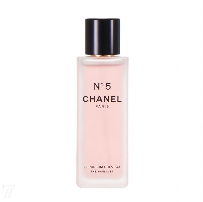 3. Chanel No. 5 헤어 미스트 모발의 움직임에 따라No. 5의 향이 자연스럽게 배어 나오게만들어주는 헤어 미스트. 40ml, 5만7천원.