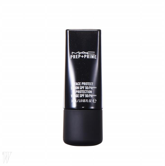 2. MAC프렙+프라임 페이스 프로텍트로션 SPF 50/PA+++업그레이드된 프렙+프라임 로션.항산화 성분과 보습 성분을강화했다. 로션 타입으로 끈적임없이 편안하게 발리고 가벼운막을 형성해 피부를 보호한다.30ml, 4만8천원.