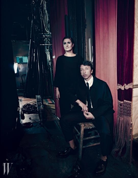 로마 오페라 극장 백스테이지에서 포즈를 취한마리아 그라치아 치우리와 피에르 파올로 피치올리.