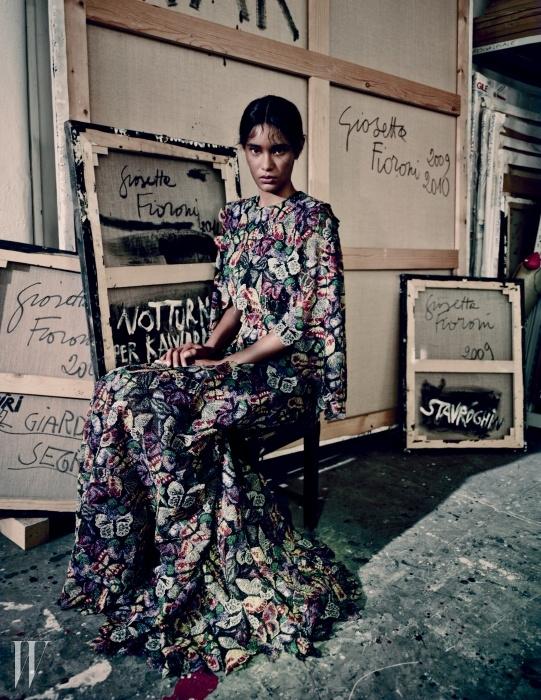 아티스트 지오세타 피오로니의로마 스튜디오에서 2014 F/W 발렌티노 컬렉션의아름다운 나비 모티프 드레스를 입은 모델.
