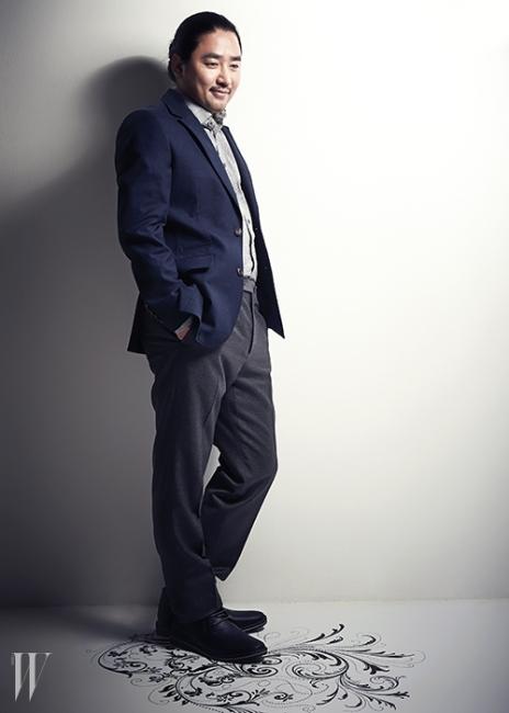 체크무늬 셔츠와 감색 재킷은빈폴맨, 회색 팬츠는 S.T.듀퐁,슈즈는 스티븐 매든 제품.