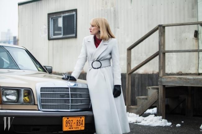 5. 조르지오 아르마니 X 영화 <가장 폭력적인 한 해>조르지오 아르마니가 J.C. 챈더 감독의 영화 <가장 폭력적인 한 해(A Most Violent Year)>의여주인공 제시카 차스테인의 의상 제작을 맡았다.커다란 벨트 장식의 하얀색 트렌치코트와 새빨간 드레스는 아르마니의 호시절을 떠오르게 한다.영화는 2015년 1월 중에 개봉된다.