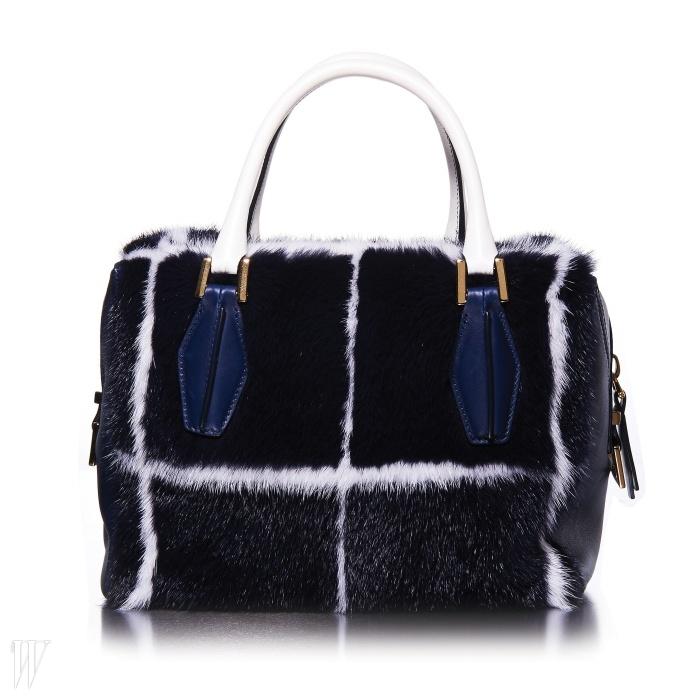 토즈의 모피 가방은 앞판에는 밍크, 핸들과 사이드에는 가죽이 매치된 디자인이다