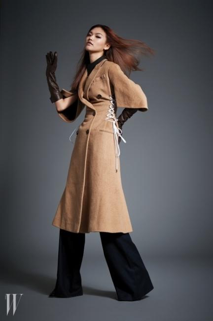 코르셋 끈 디테일을 차용한 캐멀색 코트는 디올 제품. 8백만원대. 안에 입은 검은색 와이드 팬츠는 셀린 제품. 1백57만원. 갈색 가죽 장갑은 콜롬보 제품. 가격 미정,검정 가죽 목걸이는아뇨나 제품, 가격 미정.