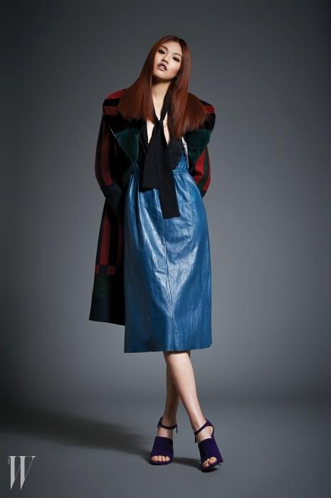 칼라 부분에 토끼털이 장식된스트라이프 패턴 코트는톰 브라운 제품. 1천6백만원대.안에 입은 청록색 가죽 드레스는프라다 제품. 6백50만원대.보라색 스웨이드 슈즈는프라다 제품. 가격 미정.