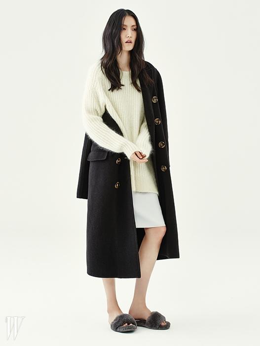 고동색 울 코트는 버버리 프로섬 제품. 4백20만원.헐렁한 실루엣의 니트 스웨터는 올세인츠 제품. 39만원.실키한 드레스는 디올 제품. 가격 미정.슬리퍼는 어그 제품. 12만8천원.