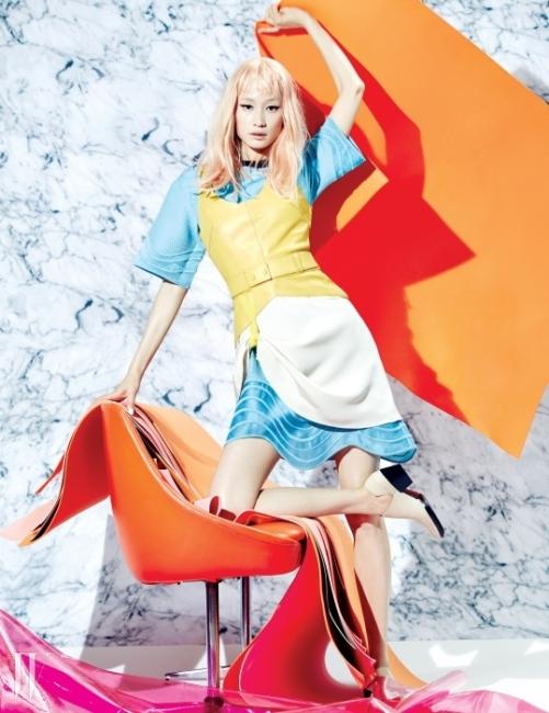 가죽과 새틴의 조합이 멋진슬리브리스 드레스와 안에 입은 물결 모양의밑단이 돋보이는 드레스, 스웨이드 소재 로퍼는모두 3.1 Phillip Lim 제품.Photograph byMOK JUNG WOOK