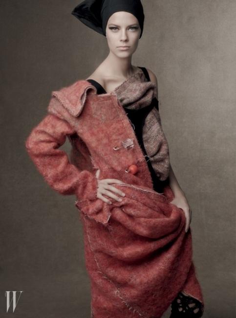 커다란 옷핀 장식이독특한 트위드 소재의 롱코트는Calvin Klein Collection 제품.검정 보디수트는 AmericanApparel의 제품을 ScottStevenson이 재해석한 것.조형적인 디자인의 헤드피스는Guido Palau 제작품.