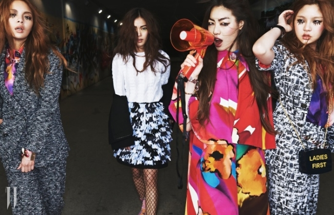 왼쪽부터 | 한경현이 착용한 트위트 수트와 프린트 블라우스, 체인 목걸이와 나비 모티프의 뱅글, 황세온이 착용한 순백의 톱과 검정 재킷,장식적인 스커트와 목걸이, 스웨이드 프린트 부츠, 황기쁨이 착용한 컬러풀한 꽃무늬의 케이프 장식 아우터와 체인 팔찌, 뱅글, 여혜원이 착용한 트위트 재킷과 팬츠,프린트 블라우스, 검정 뱅글과 위트 있는 레터링의 클러치 겸 숄더백은 모두 Chanel 제품. 피시네트 타이츠와 확성기는 에디터 소장품.