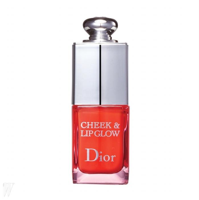 Dior 치크 & 립 글로우젤리처럼 투명하게 발색되며 입술과 양 볼에모두 사용할 수 있다. 10ml, 5만2천원.