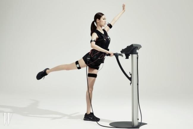 EMS 트레이닝은 특수 제작한 수트와 저주파가 흐르는 밴드를 팔, 다리, 엉덩이 등에 부착한 뒤 운동에 들어간다.