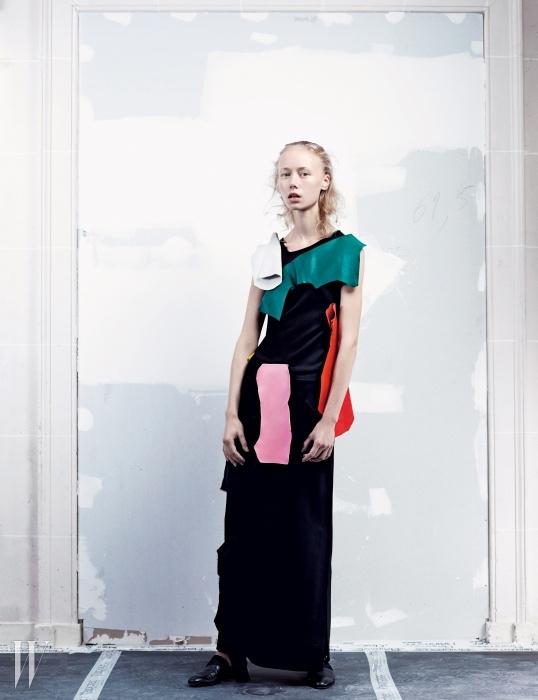 독특한 콜라주 형태의 슬리브리스 드레스와 검은색 로퍼는 로에베 제품.