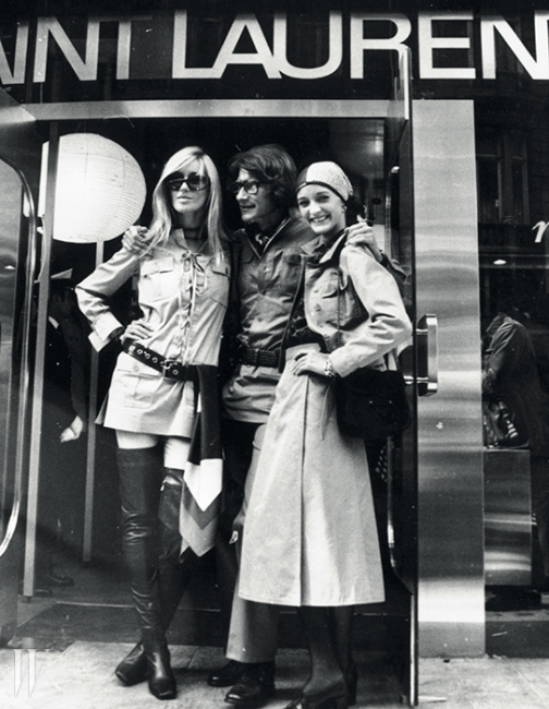 무슈 생 로랑(가운데)과그의 또 다른 뮤즈 베티카트루(왼쪽)와 함께 본드 스트리트에새롭게 오픈한 부티크 앞에 선룰루 드 라 팔레즈(1969).
