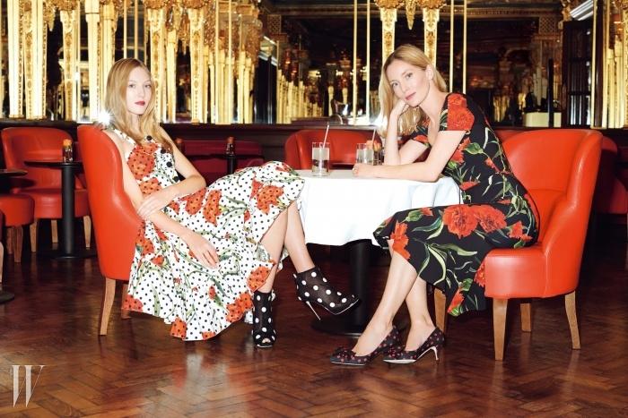 카페 로열 호텔 W1의 오스카와일드 바에서 포즈를 취한 엘라리처드와 모친 루시 드 라 팔레즈.커다란 붉은색 꽃무늬가 돋보이는드레스와 도트무늬 슈즈는모두 Dolce & Gabbana 제품.