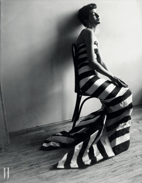 잔느 파퀸의 드레스를 입은막심 드 라 팔레즈. 사진작가이자 친구세실 비튼이 찍은 이 사진은 1950년영국 <보그> 1월호에 실렸다.