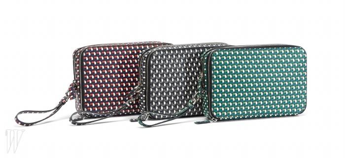 기하학 패턴의미니 백은 프라다 제품.가격 미정.