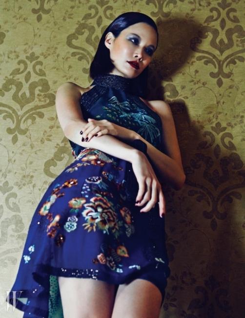 섬세한 자수와비즈로 장식된 홀터넥 드레스는Gucci 제품.