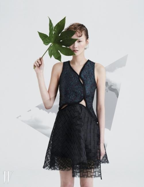 호화로운 자카드소재와 격자로 짜거나 겹친튤 소재가 조화를 이룬미니 드레스는3.1 Phillip Lim 제품.