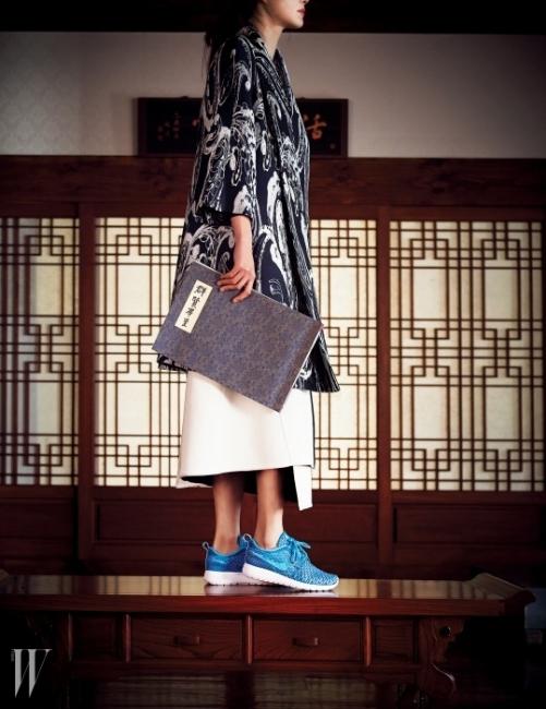 편안한 로쉬 창과 가벼운 니트 어퍼가 결합된 핑크색 스니커즈는 Nike Roshe Flyknit, 동양적인 자수가 돋보이는 재킷은 Escada, 안에 입은 하얀색 스커트는 Zara 제품.