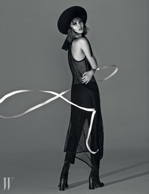 메시 소재의 롱 슬리브리스 드레스,발목 길이의 검은색 시가렛 팬츠,스웨이드 소재의 앵클 부츠는모두 Ann Demeulemeester 제품.