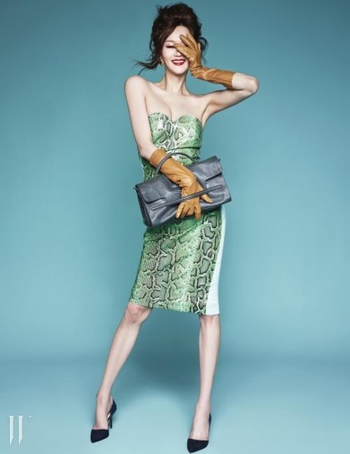 기품있는 회색 빛니나 나자백은 Zanellato.글래머러스한 뱀피 소재 튜브톱 드레스는Miss Gee Collection,하트 귀고리는 Jamie & Bell,파이톤 패턴 펌프스는 Zara,장갑은 스타일리스트 소장품.자넬라토화보.