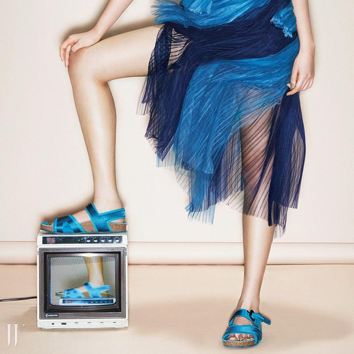 BURBERRY불규칙적인 셔링 장식이낭만적인 시폰 소재튜브톱 드레스는버버리 프로섬 제품. 7백만원.경쾌한 청록빛의스포티한 샌들은버버리 제품. 86만원.