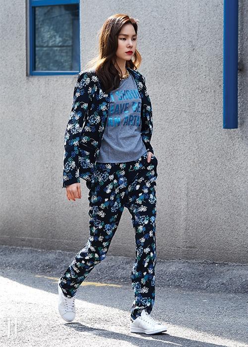 꽃무늬 팬츠와 재킷은 꽁뜨와 데꼬또니에 제품. 각 43만8천원,29만8천원.글씨가 새겨진 회색 티셔츠는쟈딕&볼테르 제품. 가격 미정.골드 목걸이는 루이 비통 제품. 2백만원대.흰색 스니커즈 아디다스 오리지널스 제품10만9천원.